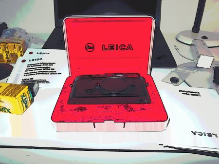 In the 90-ties, Leica M cameras came in these spiffy, red velvet-lined presentation boxes. Just had to do a bit of Skript-Fu on that.